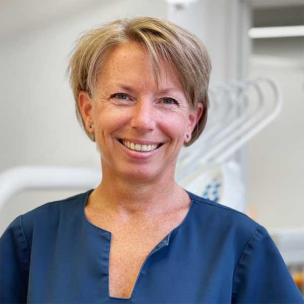 Portrait Marain Hüttel im Behandlungszimmer
